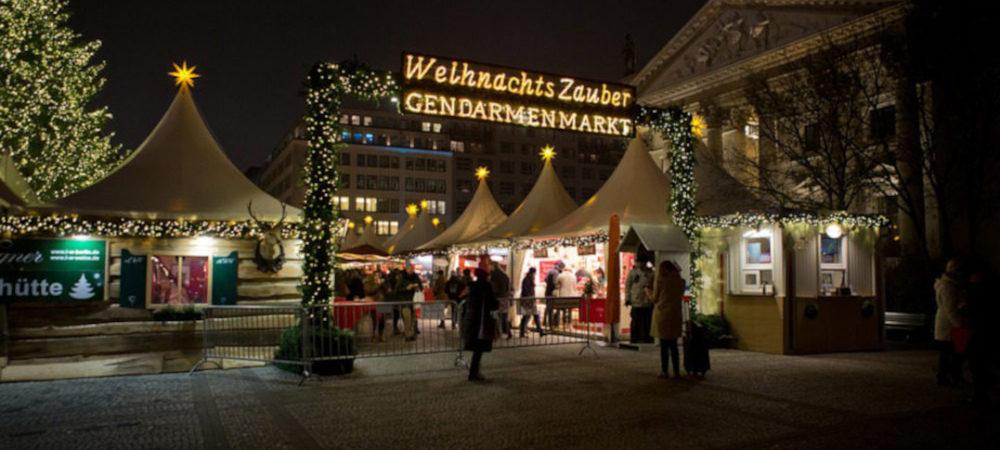 Der Weihnachtszauber am Gendarmenmarkt in Berlin mit leuchtenden Weihnachtsständen