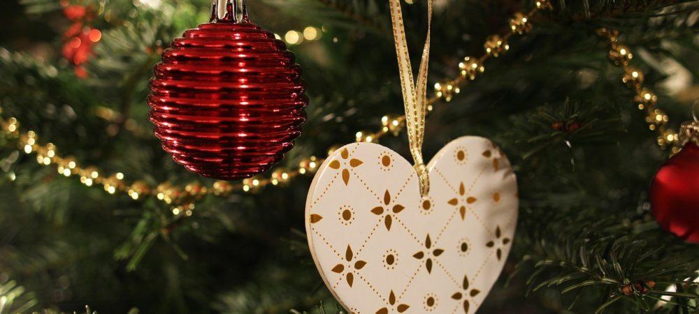 Elektrischer Weihnachtsbaum mit Schmuck