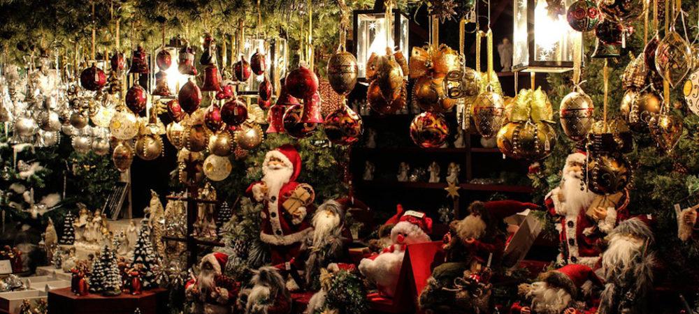 Weihnachtsmarkt in Dortmund, einfacher Stand mit Zweigen und Lichtern