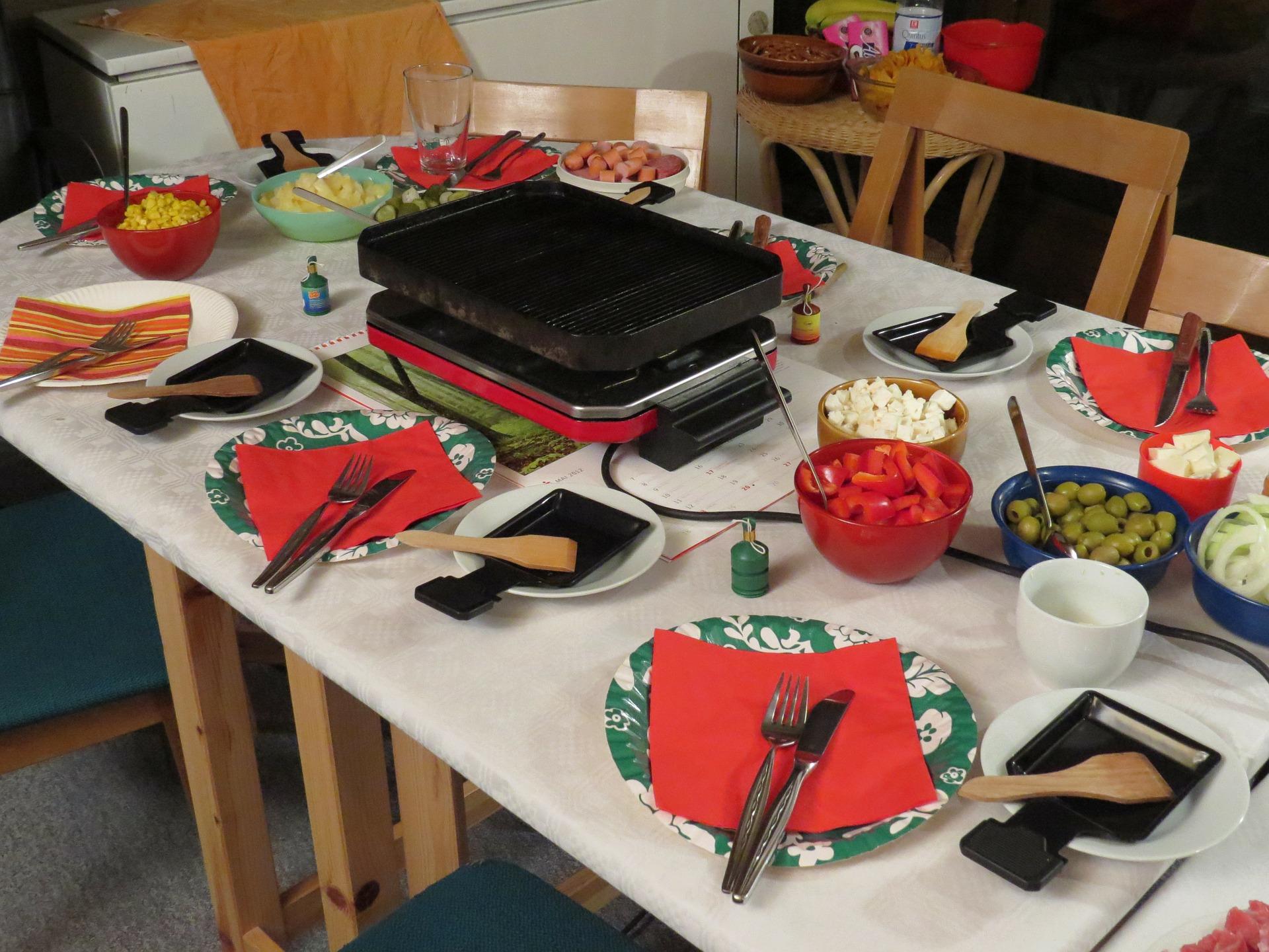 Raclette mit Teelichtern und Kerzen