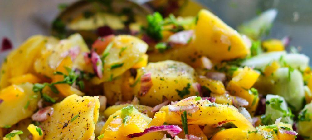 Mit Kartoffeln kann ein guter Salat zu Raclette serviert werden