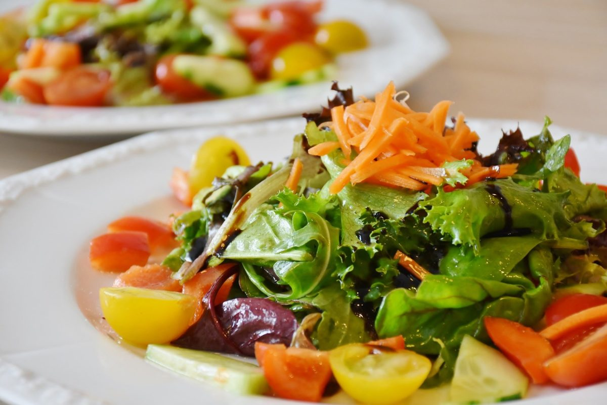 Salat zu Raclette servieren