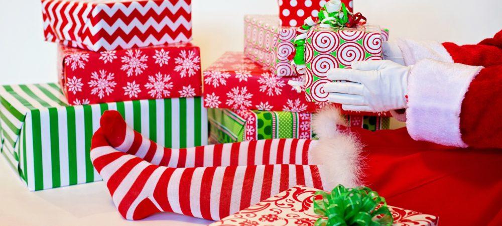 Super Weihnachtsgeschenke überreicht von einem Weihnachtself
